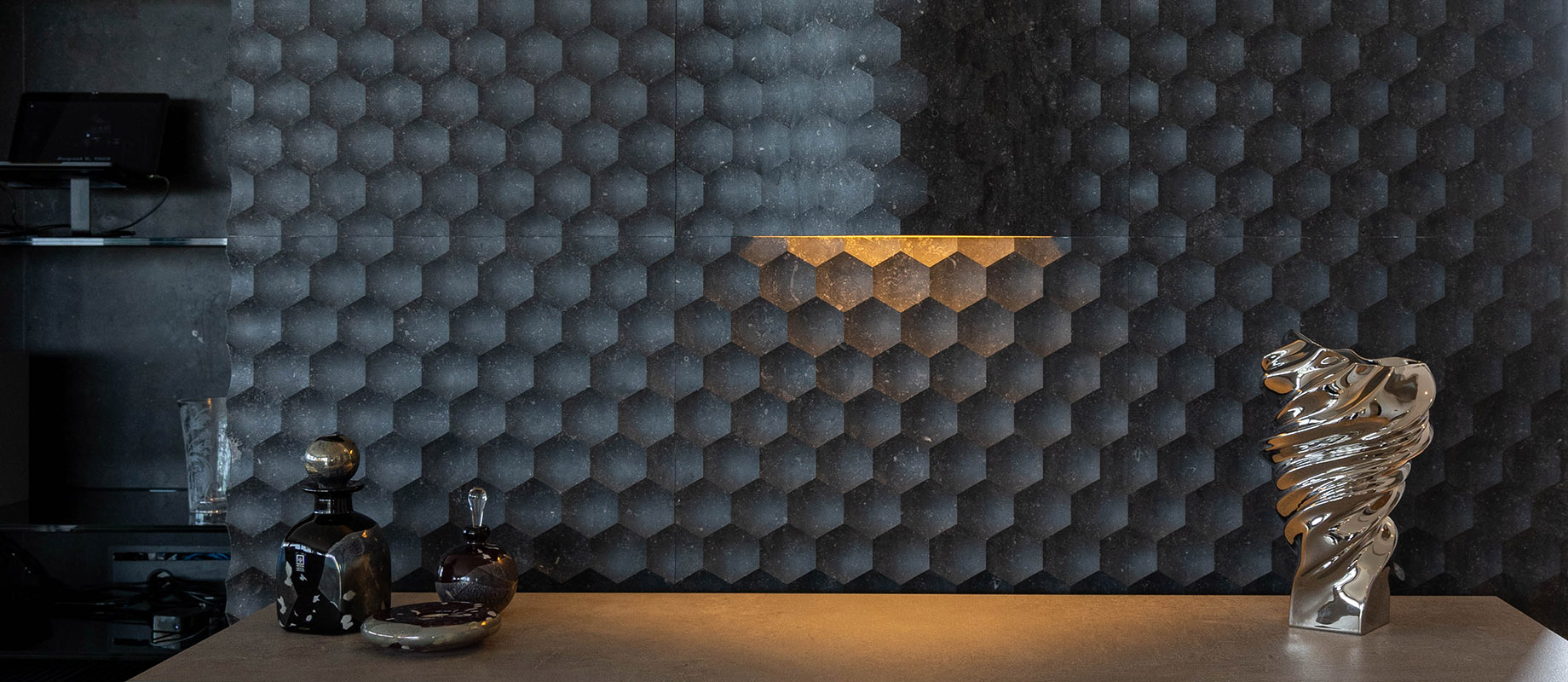 Lithos_Design_Private_Residence_Riviera_of_Athens_favo_marble_feature_wall